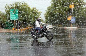 Las tormentas eléctricas se enmarcan dentro de la llegada de las lluvias monzónicas a la India de junio a septiembre, cuando el subcontinente indio recibe el 70 % de las precipitaciones anuales, que suelen conllevar inundaciones y otros desastres naturales.