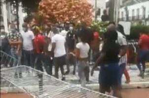 Los manifestantes derribaron las vallas de metal.