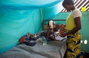 Un programa nacional de vacunación en el Congo ha sido trastocado por el coronavirus. Una sala de sarampión. Foto / Hereward Holland/Reuters.