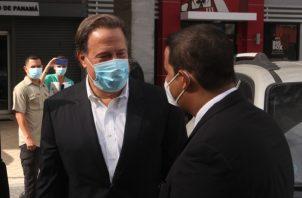 Juan Carlos Varela y su abogado Erasmo Muñoz el pasado lunes en su visita realizada al Ministerio Público. Víctor Arosemena