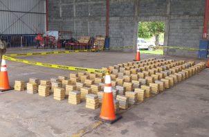 La embarcación y los tres tripulantes fueron localizados en la provincia de Veraguas, distrito de Montijo, al sur de la Isla Coiba, cuando transportaban en un semisumergible 610 paquetes de droga (681.25 kilogramos de cocaína).