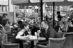 Si hay confianza social, más gente estará dispuesta a usar el transporte público, a comprar en las tiendas y a comer en restaurantes, iniciando el proceso de relanzamiento de la economía. Foto: EFE.
