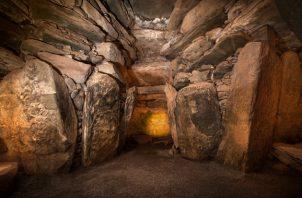 La cámara mortuoria central en Newgrange fue construida para ser iluminada por el amanecer en el solsticio de invierno. Un estudio nuevo analizó ADN hallado en la cámara. Foto / Ken Williams.