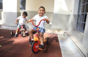 En niños menores de 5 años, el tiempo dedicado a actividades sedentarias frente a pantallas digitales no debe exceder de una hora.