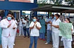 Personal de salud del hospital de Aguadulce protestaron esta semana exigiendo equipos de bioseguridad. Foto: Eric A. Montenegro.