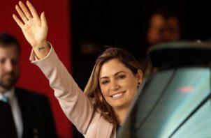La primera dama de Brasil, Michelle Bolsonaro, dijo que sus hijas también dieron negativo en las pruebas de COVID-19. FOTO/EFE