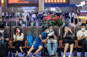 Se trata del quinto día consecutivo sin contagios por transmisión local en China, después de que el pasado martes las autoridades sanitarias anunciaran que Pekín no había registrado ningún nuevo positivo por primera vez desde se detectó un rebrote a principios de junio en un mercado mayorista de la capital. FOTO/EFE