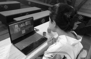 Los docentes de inglés pueden crear clases, divulgar contenidos, comunicarse con los estudiantes u observar sus asignaciones. Foto: EFE.