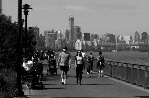 El 29 de mayo Nueva York abrió su fase 2, permitiendo la reapertura de oficinas y tiendas a lo largo del estado. Entre esa fecha y el 10 de julio, el número de casos positivos diarios descendió 55%, de 1,447 a 651. Foto: EFE