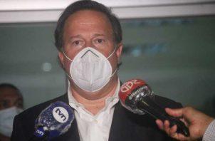 Juan Carlos Varela se mostró molesto e incómodo ante los cuestionamientos de los medios de comunicación social. Víctor Arosemena