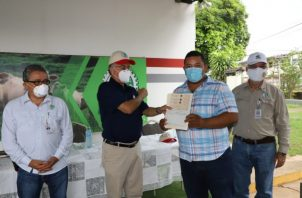 """El ministro del Mida, Augusto Valderrama, dijo """"me quito el sombrero ante ustedes (productores), no han dejado de producir un solo día alimentos para las familias panameñas""""."""
