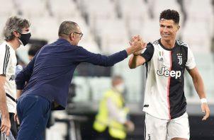 Sarri felicita a Cristiano Ronaldo. Foto:EFE