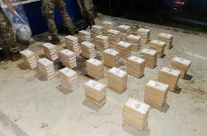 La droga fue incautada en una embarcación artesanal y fueron detenidos dos ecuatorianos y un colombiano.