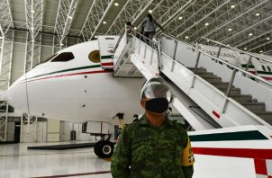 El avión cuenta con una zona VIP, contiene seis mesas, 24 sillas negras de piel reclinables y varias pantallas. Fotos: EFE.