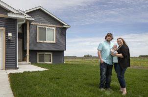 Morgan, Brad y Hudson Laine son la tercera familia en usar un programa de tierra libre en Claremont, Minnesota. Foto / Kevin Miyazaki para The New York Times.