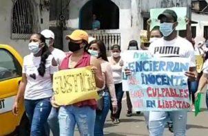 Los familiares y amigos de Miguel Almanza, protestaron cerca de las inmediaciones del Ministerio Público. FOTO/DIOMEDES SÁNCHEZ