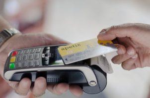 Bancos y tarjetas de crédito han elevado límites para que clientes hagan pagos sin contacto. Foto / Elliott Verdier para The New York Times.