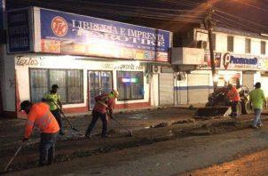 La empresa desde el 22 de Julio inició en horas nocturnas junto al Ministerio de Obras Públicas (MOP) la resanación de las calles