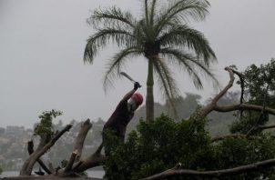 La tormenta tropical Isaías avanza hacia República Dominicana y Haití tras golpear a Puerto Rico con viento y lluvia. Fotos: EFE.