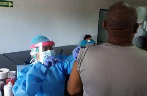 Las vacunas ayudarán a combatir la COVID-19.