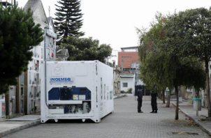 Para evitar que la situación empeore, la Alcaldía también dispuso contenedores refrigerados para depositar cadáveres que luego serán incinerados, algunos de los cuales ya están en operación en los cementerios.FOTO/EFE