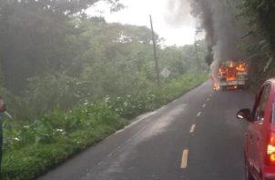 El incendio consumió en su totalidad el bus, dejando a la vista solo los hierros y el caparazón.