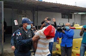 """El segundo implicado en este caso de 22 años, conocido como """"Niño"""" """"Niñito"""" o """"Cholito"""", fue sacado de la celda de la estación policial de la Calle 12, avenida Meléndez y Santa Isabel, con dirección a las oficinas del Sistema Penal Acusatorio."""