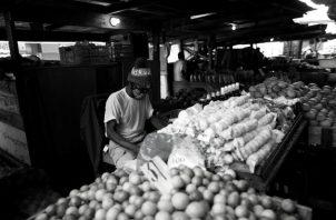 Es necesario encontrar formas para proteger los ingresos de los trabajadores del sector informal y prevenir que la crisis sanitaria se convierta también en una de subsistencia económica. Foto: EFE.