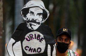 Simpatizantes a favor y en contra de Uribe se manifiestan en calles de Colombia. Fotos. EFE.