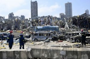 Un socorrista alemán participa de la búsqueda de cadávers y sobrevivientes de la explosión en Beirut. Fotos: EFE.