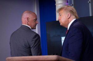 """Según explicó después el propio Donald Trump, el agente le dijo: """"Señor, ¿puede acompañarme?"""". FOTO/EFE"""