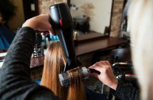 Será de carácter obligatorio el uso de mascarillas, no podrán darse aglomeraciones ni dentro ni fuera del salón de belleza o de las barberías