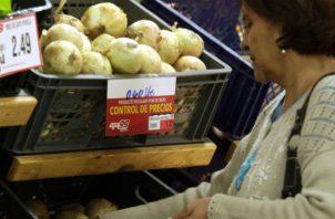 El pasado mes de julio el Gobierno, anunció que prorrogó por seis meses más la vigencia del Decreto Ejecutivo 165 del 1 de julio de 2014, que establece el control de precios sobre 14 productos de la canasta básica de alimentos.