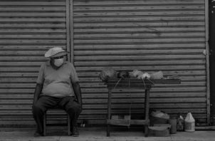 Un hombre vende cuerdas en la Avenida Central. Hay un promedio de 716 mil sobrevivientes con empleo informal. Foto: EFE.