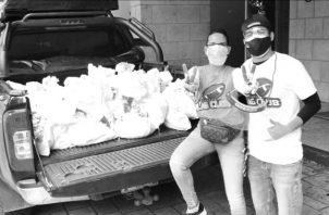 José María y Victoria Isabel realizaron una actividad cuyos fondos recaudados se destinaron para bolsas con alimentos que entregaron a los residentes de Gonzalillo, Chilibre. Foto: Cortesía.