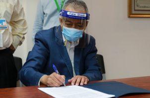 El Dr. Enrique Mendoza, decano de la Facultad de Medicina de la UP, firma el acuerdo.