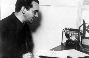 Federico García Lorca, recita uno de sus poemas por radio, en su visita a Buenos Aires en 1933. Foto: EFE.