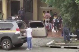 Este hecho causó gran molestia entre los residentes del lugar, quienes con pailas salieron a quejarse de la situación en medio de la cuarentena total