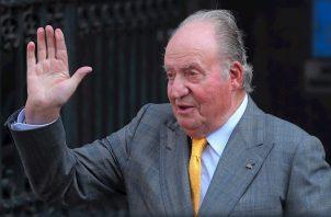 """Juan Carlos de Borbón, de 83 años, trasladó su """"meditada decisión"""" a su hijo por carta, según informó la Casa Real española en un comunicado, en el que señala que el rey emérito lo ha hecho """"con profundo sentimiento, pero con gran serenidad"""", por la repercusión pública de """"ciertos acontecimientos pasados"""" de su vida privada."""