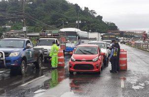 Largas filas de vehículos se forman en Panamá Oeste por el cerco sanitario ubicado en La Pesa de La Chorrera.