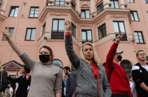 Bielorrusos protestan contra la brutal represión policial en las protestas opositoras. Fotos: EFE.