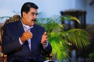 La Administración interina de Guaidó no controla las Fuerzas Armadas -cuyos jefes declaran públicamente su lealtad a Maduro- ni el aparato de la burocracia, aunque sí recursos de cuentas congeladas en el exterior, con los que ha financiado cargamentos de ayudas y desde la semana que viene pagará una bonificación a los trabajadores sanitarios.