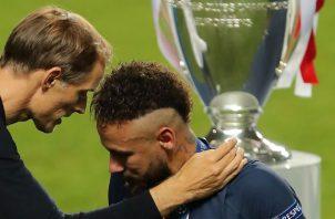 Thomas Tuchel trata de consolar a Neymar. EFE