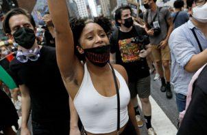 Los manifestantes escribieron en la calle el nombre del afroamericano baleado. Fotos: EFE