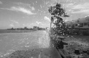 Una de las causas de la erosión es la entrada del mar al área donde están las infraestructuras en la Zona Marítimo Terrestre, afectando viviendas, negocios, hoteles, entre otros. Foto: EFE.