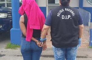 La mujer de 27 años fue detenida durante un allanamiento en el área de Villa Rosario.