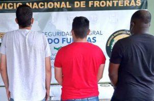 Momentos cuando una unidad del Senafront procede a revisar el camión. Fotos: Mayra Madrid.