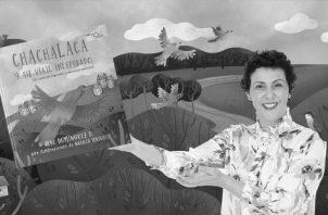 Tere Domínguez y su reciente obra, Chachalaca y su viaje inesperado, un cuento de migración y conciencia ambiental. Foto: Cortesía del autor.