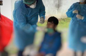 En el Centro de Salud de 24 de diciembre se realizaron pruebas rápidas a contactos directos de positivos, se entregaron volantes.