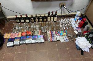 Los artículos prohibidos fueron escondidos en los basureros del perímetro externo de la cárcel La Joyita. Foto cortesía